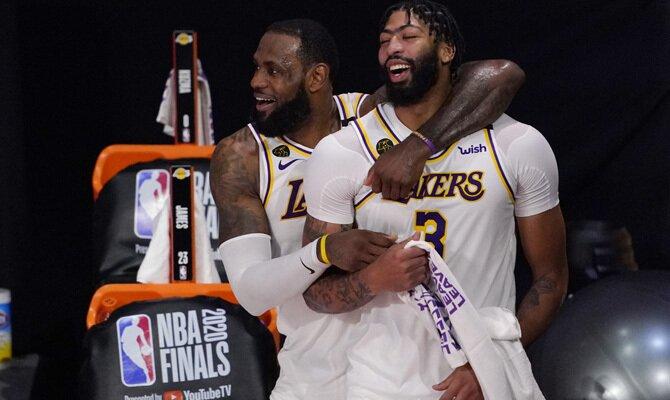 LeBron James y Anthony Davis celebran el Anillo. Cuotas y favoritos para ganar la NBA 2020/2021.