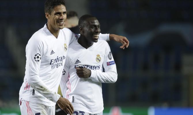 Raphael Varane y Ferland Mendy celebran un gol, imagen básica para que se cumplan los pronósticos del Real Madrid vs Real Sociedad
