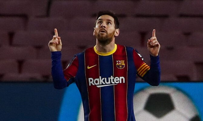 Leo Messi señala al cielo tras anotar, una imagen que puede ser trascendente en los pronósticos del Sevilla vs Barcelona