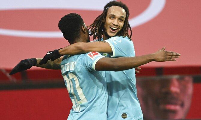 Baku y Mbabu celebrando un gol, lo que ayudaría a cumplir con los pronósticos en el Wolfsburgo vs Borussia Mönchengladbach