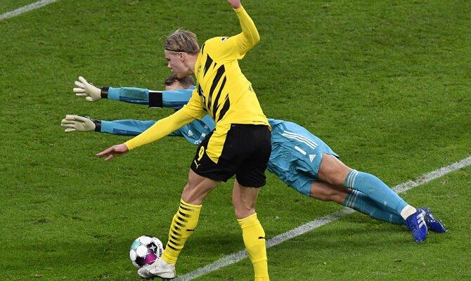 Erling Haaland momentos antes de superar a Manuel Neuer. Apuesta en el Bayern Múnich vs Borussia Dortmund