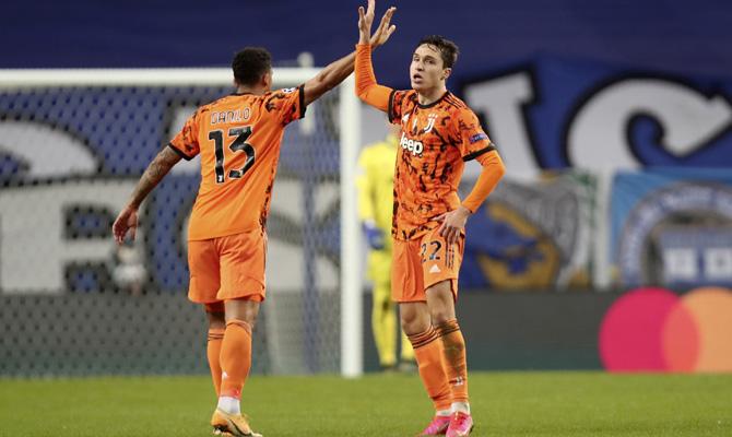 Danilo, a la izquierda, y Chiesa, a la derecha, celebran un gol. Revisa las cuotas del Juventus vs Lazio