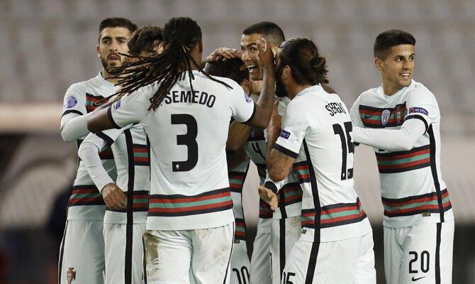 Los jugadores portugueses celebran un gol. Revisa las mejores cuotas del Serbia vs Portugal de las Eliminatorias Europeas.