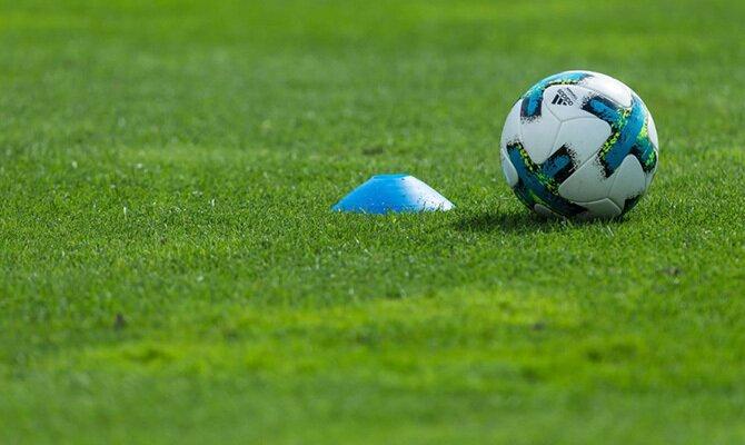 Un balón y un cono de entrenamiento en la imagen. Descubre nuestros pronósticos para el Universitario vs Melgar