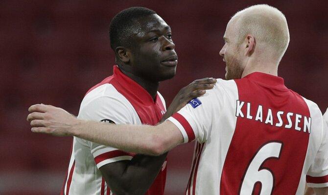 Brobbey y Klaassen celebran un gol en la imagen. revisa nuestros pronósticos para el Ajax vs Roma de la Europa League