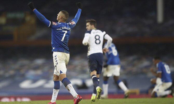 Richarlison celebra un gol en la imagen. Revisa las mejores cuotas del Everton vs Tottenham