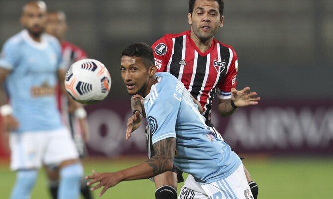 Christofer Gonzales pugna por el balón en la imagen. Cuotas Racing vs Sporting Cristal