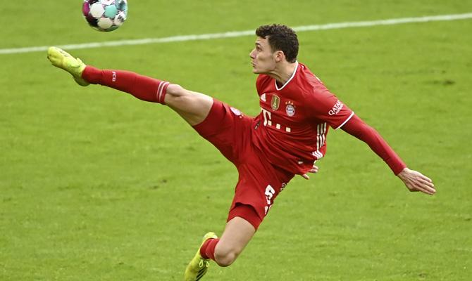 Benjamin Pavard trata de controlar el balón. Cuotas del RB Leipzig vs Bayern Múnich de la 27º jornada de la Bundesliga.
