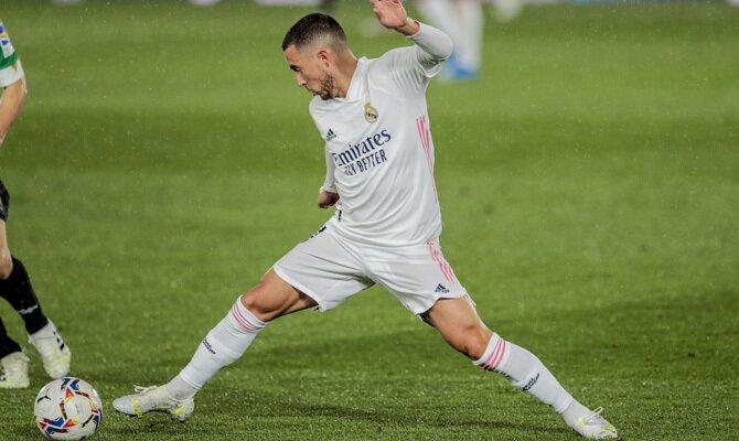 Eden Hazard controla un balón en su regreso. Cuotas para el Real Madrid vs Chelsea, Champions League