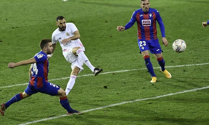Karim Benzema, en el centro de la imagen, puede ser protagonista en los pronósticos del Real Madrid vs Eibar