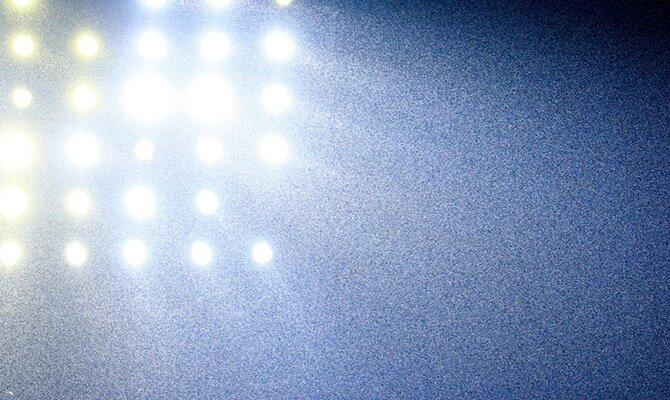 Imagen de los focos de un estadio bajo la lluvia. Cuotas para el Aucas vs Melgar, Copa Sudamericana