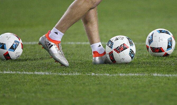 Imagen de un jugador controlando el balón. Cuotas Belgas vs Athletico-PR de la Copa Sudamericana