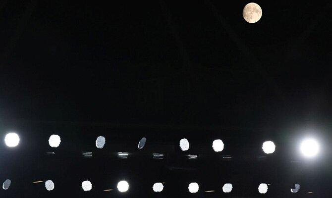 Imagen de focos encendidos a la luz de la luna. Cuotas Melgar vs Metropolitanos, Copa Sudamericana