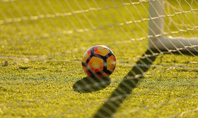 Imagen de un balón junto al poste. Cuotas para el San Martín vs Deportivo Municipal de la Liga 1.