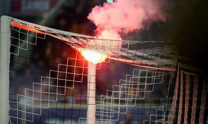 Las bengalas iluminan las gradas y la portería. Cuotas Sao Paulo vs Sporting Cristal, Sudamericana.