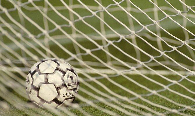 Imagen de un balón dentro de la red. Cuotas y picks Sporting Cristal vs Rentistas, Copa Libertadores