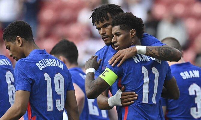 Marcus Rashford se abraza a sus compañeros en la imagen. Pronósticos Euro 2020, cuotas 1º jornada