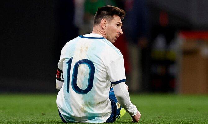Lionel Messi aparece en la imagen sentado sobre el césped. Cuotas para el Argentina vs Chile