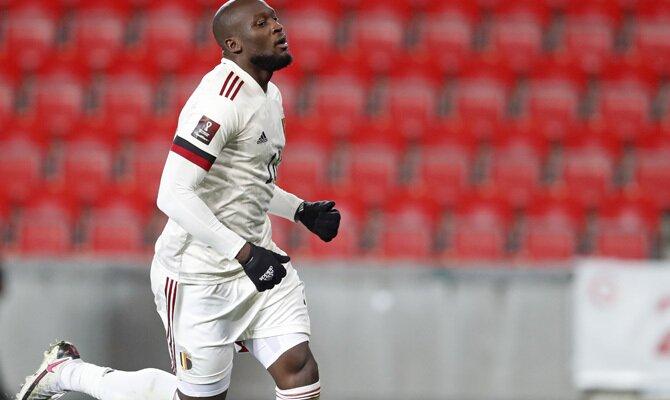 Romelu Lukaku corre con el balón controlado. Cuotas para el amistoso entre Bélgica vs Croacia.