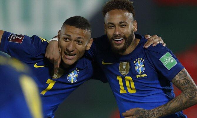 Neymar y Richarlison se abrazan para celebrar un gol. Cuotas Brasil vs Perú de la Copa América 2021.