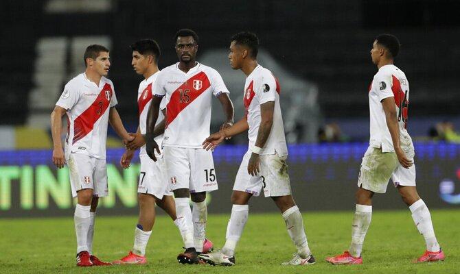 Varios jugadores peruanos conversan en el campo. Cuotas Colombia vs Perú, Copa América 2021.