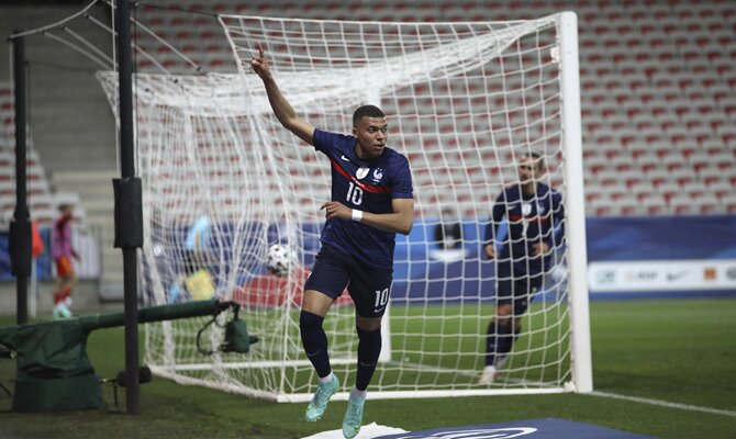 Kylian Mbappé levanta el dedo celebrando un gol. Cuotas y picks Francia vs Alemania de la Euro 2020