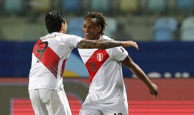 Carrillo y Lapadula celebran un gol en la imagen. Cuotas Perú vs Venezuela, Copa América 2021.