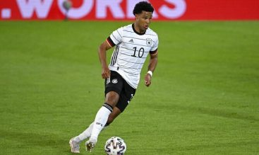 Gnabry controla el balón con la camiseta de la Mannschaft. Cuotas Portugal vs Alemania Euro 2020.