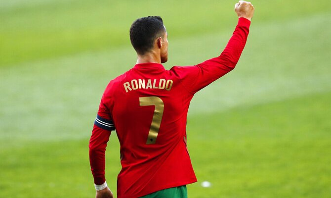 Cristiano Ronaldo celebra un gol cerrando el puño. Cuotas y picks Portugal vs Francia, Euro 2020