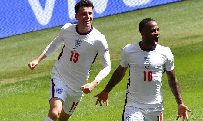 Mason Mount y Raheem Sterling celebran un gol. Cuotas República Checa vs Inglaterra, Euro 2020.