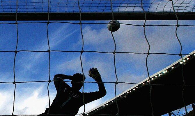 Imagen de un portero lanzándose a por el balón. Cuotas Perú vs Paraguay, Copa América 2021.