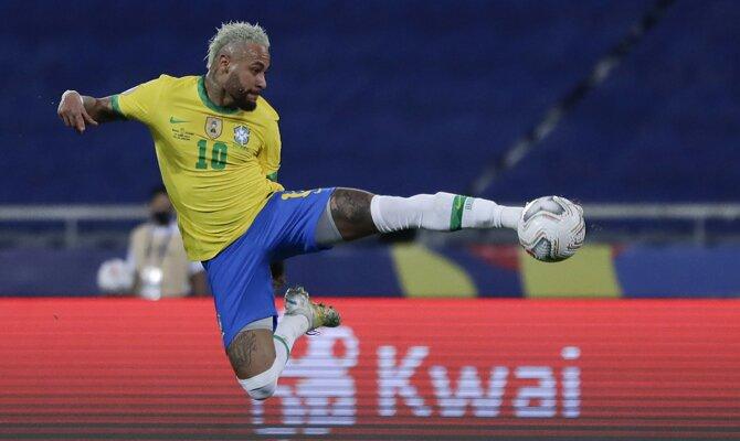 Neymar realiza un remate de tijera en la imagen. Cuotas Argentina vs Brasil Copa América 2021.