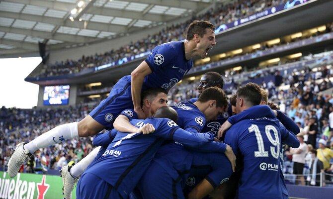César Azpilicueta se sube a hombros de un compañero en la imagen. Cuotas Chelsea vs Villarreal.