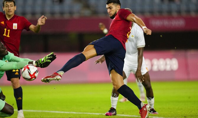 Rafa Mir remata a bocajarro para anotar con la Rojita. Cuotas España vs Brasil, Olimpiadas 2020.