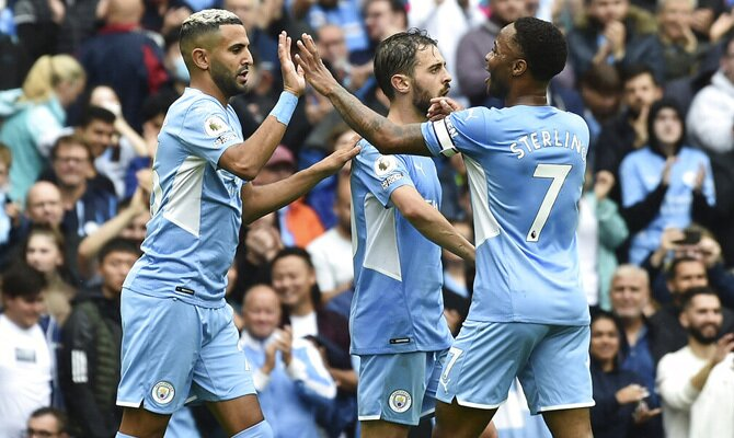 Mahrez y Sterling se saludan para celebrar un gol. Cuotas y pronósticos Manchester City vs Arsenal.