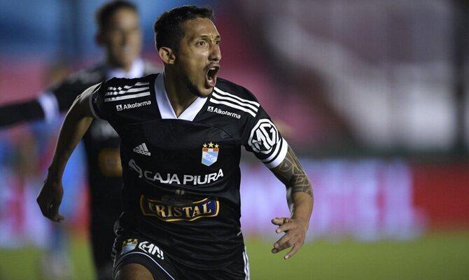 Christofer Gonzales corre mientras celebra un gol. Cuotas Melgar vs Sporting Cristal, Liga 1 2021.