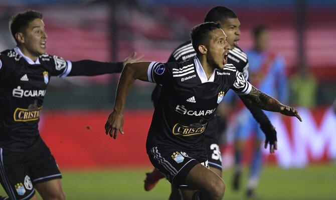Christofer Gonzales celebra un gol en la Copa Sudamericana. Cuotas Peñarol vs Sporting Cristal.