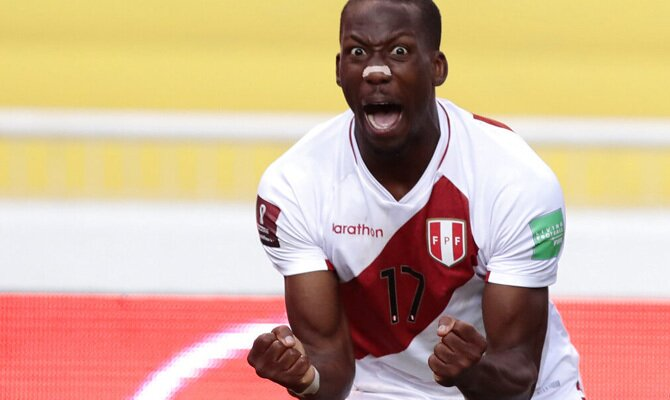 Luis Advíncula celebra un gol en un partido de las Eliminatorias Qatar 2022. Cuotas Perú vs Uruguay.