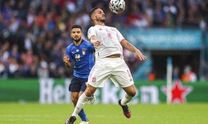 Imagen de Koke controlando el balón con el pecho. Cuotas Suecia vs España, Eliminatorias Qatar 2022.