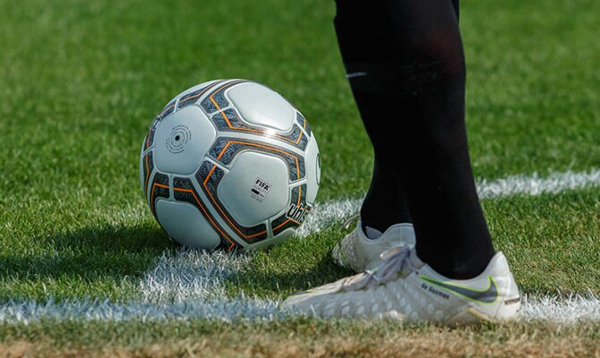 Imagen de los pies de un jugador a punto de sacar un córner. Cuotas Alianza Lima vs Binacional.
