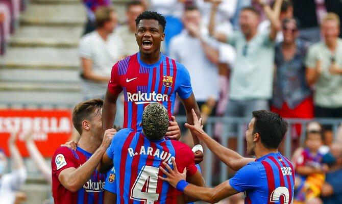 Ansu Fati es levantado por sus compañeros. Picks y cuotas Atlético de Madrid vs Barcelona, LaLiga.