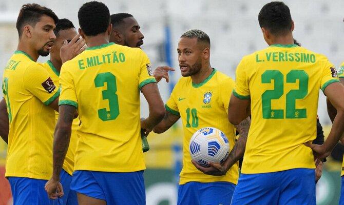 Imagen de Neymar conversando con sus compañeros de la Canarinha. Cuotas y picks Brasil vs Perú.