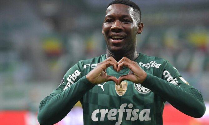 Patrick de Paula celebra un gol haciendo un corazón con los dedos. Palmeiras vs Atlético Mineiro.