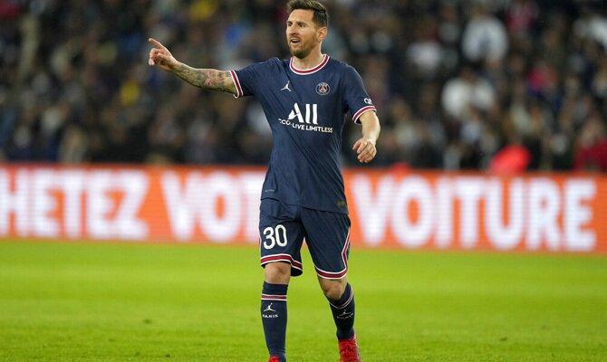 Leo Messi da indicaciones a un compañero en la imagen. Cuotas PSG vs Manchester City, Champions.