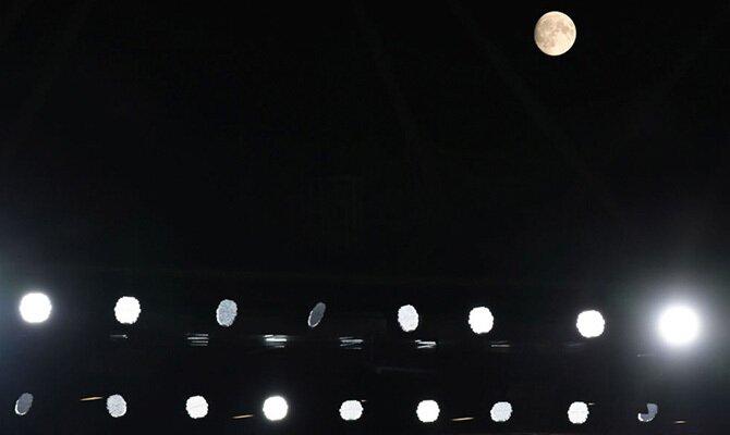 Imagen de los focos de un estadio encendidos. Cuotas y pronósticos Alianza Lima vs Sporting Cristal.