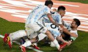 Messi es abrazado por varios compañeros en la imagen. Cuotas y pronósticos Argentina vs Perú