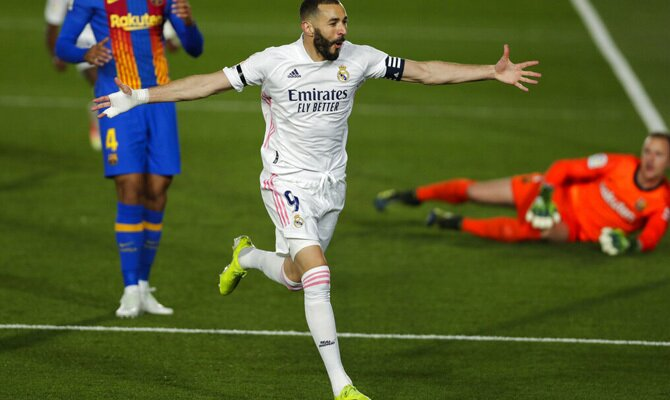 Karin Benzema celebra un gol en el Clásico. Cuotas y pronósticos Barcelona vs real Madrid, LaLiga.