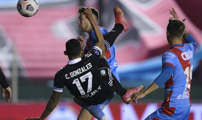 Christofer Gonzales realiza una chilena. Cuotas Binacional vs Sporting Cristal del Clausura Liga 1.