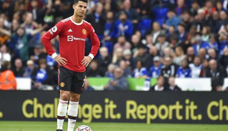 Cristiano Ronaldo con los brazos en jarra. Cuotas y pronósticos Manchester United vs Atalanta.